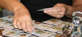 Beraterin und Kartenlegerin mit bekannten Lenormandkarten